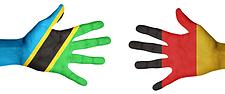 Hände Tanzania und Deutschland