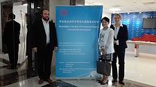 Lutz Weischer und Gerrit Hansen von Germanwatch mit Yunwen Bai, Direktorin der chinesischen Partnerorganisation Greenovation Hub