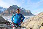 Foto: Saúl Lliuya Luciano besucht den Aletsch-Gletscher in den Alpen 2017 (Foto: Hanna Fuhrmann / Germanwatch)